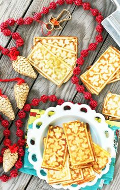 Norwegian goro recipe: A thin holiday cookie made on a goro iron. Biscuit Cookies, Biscuit Recipe, Norwegian Food, Norwegian Recipes, Baking Recipes, Cookie Recipes, Yummy Treats, Sweet Treats, Yummy Cookies