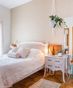 dfd97f854 Quarto de casal clarinho e iluminado tem cama com cabeceira de palhinha