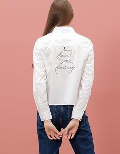 Chez Stradivarius, tu trouveras 1 T-shirt détails brodés  pour femme pour seulement 19.95 € . Entre et découvre bien d'autres VÊTEMENTS.