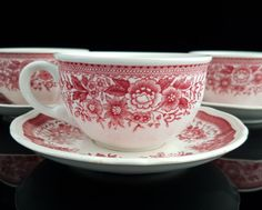 Vintage Villeroy & Boch Transferware: a set of 4 porcelain tea cups with fitting saucers manufactured by the famous German porcelain factory Villeroy & Boch.  Pattern: Fasan (red). Manufactured in Germany. In good vintage condition. No chips, cracks or repairs. Minor signs of age and use on the saucers.  Dimensions: Cup diameter 90 mm (3.54), height 55 mm (2.17). Saucer diameter 130 mm (5.12)  Total weight: ca. 1110 g (2.45 lbs)…