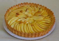 Tarta de manzana: Tarta de manzana. Se puede decorar el plato con ramas de canela atadas con cinta roja.