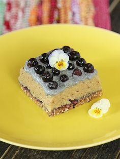 Raw food recipe - Raw Cake of Cashew, almonds & blueberry