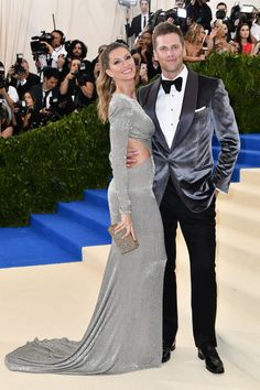 Tom Brady and Gisele Bündchen from 2017 Met Gala: Red Carpet Couples The quarterback and the supermodel scored a sartorial touchdown. Best Celebrity Dresses, Celebrity Couples, Celebrity Style, Streetwear, Tom Brady And Gisele, Silver Outfits, Met Gala Red Carpet, Red Carpet Looks, Red Carpet Fashion