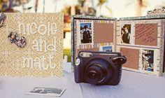 Zeg het met polaroidfoto's  Een polaroidcamera is ideaal om een geweldige receptieboek te maken! Maak van alle gasten een toffe foto en laat ze op deze polaroidfoto een leuke boodschap schrijven.