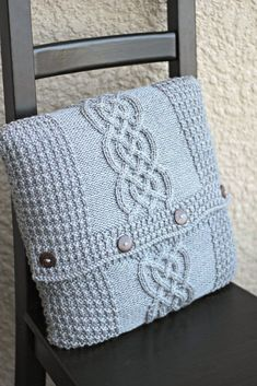 Knitting pattern for a pillow cover with a central cable motif and waffle pattern borders. In the pattern you will find a written description and a chart. Also there is a scheme for assembling pillow