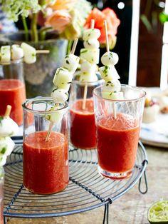Kalte Tomatensuppe mit Melonen-Mozzarella-Sticks