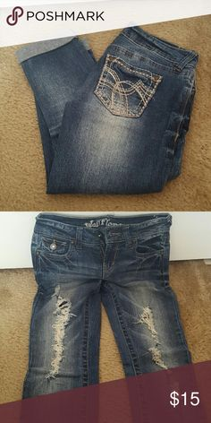 Distressed capris Like new only worn a few times wallflower Jeans Ankle & Cropped