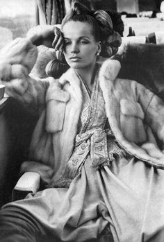 """VERUSHKA """"Mrs. Vreeland me propuso volver a la moda después de mi divorcio, y para mi primera sesión para Vogue me envió a un viaje de cinco semanas por Japón con Dick Avedon. La historia se llamaba """"The Great Fur Caravan"""" y implicó un montón de preparación. Mandámos 18 cajas de sombreros y 15 maletas. Para prepararme para Japón tenía que leer Las historia de Genji.  Ella sólo había oído hablar del libro y sabía que absorbería ese personaje por completo."""