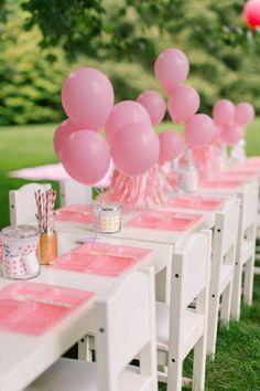 manualidades para adultos, mesa blanca ecorada con globos en rosa