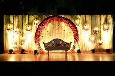 Un rouge arc floral pour un mariage en plein air! Reception Stage Decor, Wedding Backdrop Design, Desi Wedding Decor, Wedding Hall Decorations, Wedding Stage Design, Wedding Reception Backdrop, Backdrop Decorations, Arch Wedding, Wedding Mandap