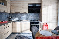#IXINA #IXINAclara #IXINAkitchen #woodaccents #woodkitchen #germankitchens #modernkitchen #livingroomextension #kitchendesign #Lshapedkitchen  #kitchenfurniture #kitchenideas #kitchendecor #kitchengermandesign  #bucatarieIXINA #bucatariemoderna Kitchen Island, Kitchen Cabinets, Modern, Furniture, Living Room, Wood, Design, Home Decor, Island Kitchen