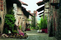 Biella-Piazzo ist das mittelalterliche Dorf, das vom prächtigen Palazzo Cisterna und von alten Kirchen dominiert wird; in Biella-Piano befinden sich der Dom, das vorrömische Baptisteriumund das Museum der Provinz Biella, das detaillierte Informationen über die lokale Geschichte bietet.