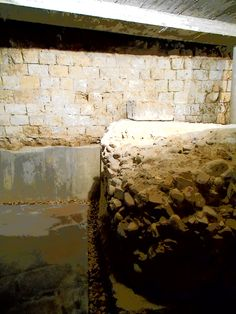 Contrafuerte de opus caementicium para apuntalar el anfiteatro.Este en el siglo III  D d C fue abandonado por los problemas que tenia. Cripta arqueológica de la calle Cascalerias.
