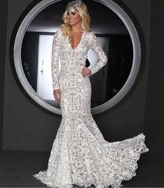 Sexta-feira começando com TBT da noite de ontem! @lalatrussardirudge arrasou no look para o #bailedavogue2017!! O vestido é da Patricia Bonaldi e representa o signo da blogueira que é de Peixes fazendo a releitura de uma sereia! Dá até pra casar não acham?! Quem casaria com uma lindeza assim?!  #vestidodegala #bailedavogue2017 #lalarudge #vestidodenoiva #noiva #noivasereia #noivinhasdeluxo #bailedavogue