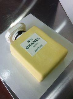 Pastel de fondant en forma de frasco de Chanel