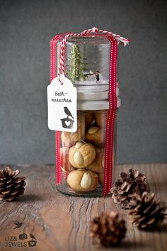 Bethmännchen and magic forest in the glass - the little man is a Frankfurter pastry . - Bethmännchen and Zauberwald im Glas -Bethmännchen are a Frankfurt pastry that is eaten during the - Xmas Gifts, Christmas Presents, Christmas Cookies, Winter Christmas, Christmas Holidays, Christmas Crafts, Box Noel, Diy Cadeau Maitresse, Diy Snow Globe