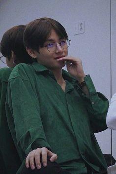 Jungkook and Jimin entered the school. Jimin being the most popular, f. Bts Taehyung, Jimin, Jhope, Bts Bangtan Boy, Taekook, Foto Bts, Daegu, Seokjin, Hoseok