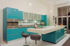 Diseño de cocina moderna en blanco y turquesa.