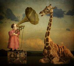 Corinne Geertsen appartiene alla categoria di artisti che usa il collage per rappresentare un immaginario fuori dal comune, profondamente magico e surreale.