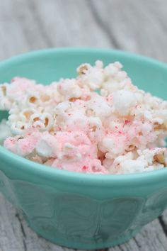 peppermint bark popcorn. so easy to make and so yummy!! this was such a hit at my family christmas party