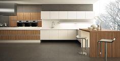 combinação bacana na #cozinha de #paredeescura com #móveisbrancos e #madeira  #florense