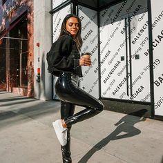 Incredibile Musa do estilo: Michelle Infusino - Jaqueta jeans preta., Incredibile Musa do estilo: Michelle Infusino - Jaqueta jeans preta, calça pret. Incredibile Super Musa do estilo: M. Trend Fashion, Winter Fashion Outfits, Look Fashion, Winter Outfits, 2000s Fashion, Fashion Lookbook, Fashion Fashion, Korean Fashion, High Fashion