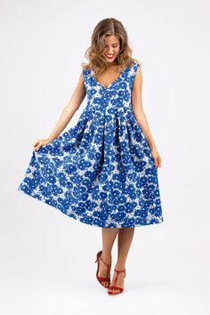 Schnittmuster Kleid Luciana hat ein tailliertes Oberteil, einen weiten in Falten gelegten Rock und einen V-Ausschnitt.