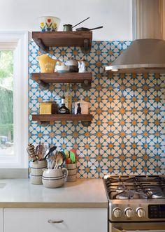 Ideias de decoração para a bancada da cozinha. Use pastilhas, azulejos coloridos, tijolinhos e outros revestimentos incríveis para mudar a decoração.