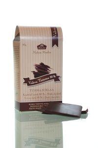 Vahvan tumman suklaan kaakaopitoisuus 80 % ja se on maultaan kuiva ja hapokas. Suklaassa on lisäksi hedelmäinen vivahde. #frookynanherkku #suklaatila #suklaa
