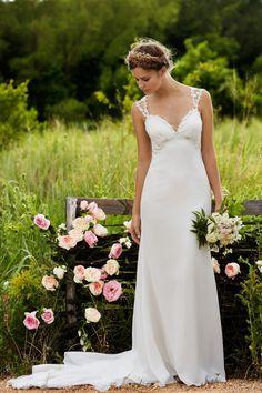 Foto 15 de 37 Rosalie: Romántico vestido de novia en seda georgette con corte imperio | HISPABODAS