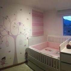 Mural decorativo que armoniza el cuarto de tu bebé. Y lencería que da el complemento final para un hermoso diseño. By D'corazón