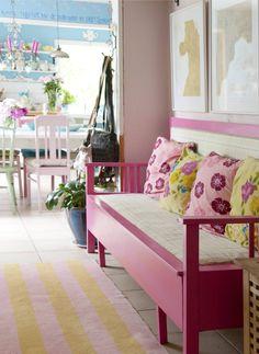 Vaaleanpunaisessa aulassa on pinkki puusohva, jonka Karin ja Ilkka hankkivat lehti-ilmoituksen avulla. Väri-inspiraation sohvan maalaamiseen Karin sai Dr. Martensin pinkeistä maihinnousu-kengistä. Värikkäät tyynyt piristävät tilaa entisestään, tyynyt Indiskasta ja Gudrun Sjödeniltä.