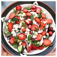 Sommar sallad på jordgubbar, sallad, gurka, tomat, rödlök, fetaost och toppad med bäst av allt (!) jordgubb-mynta!!! • • • #gainsverket #FavFood #Muskelmat #Fav #Grillmat #BBQ - Kycklingspett Grillspett Grillade Grönsaker Spett, Majskolv Majskolvar, Korv Korvar, Grillad Lök Sallad.