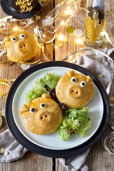 Spicy filled lucky pigs recipe - Spicy filled lucky pigs made from yeast dough as New Year's finger food. Spicy Appetizers, Finger Food Appetizers, Appetizers For Party, Finger Foods, Appetizer Recipes, Yummy Snacks, Healthy Snacks, Antipasto Skewers, Happy Kitchen