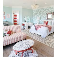 Here's another #fromthecuttingroomfloor photo from the #uvparade. I love the color combo in this girls bedroom in home 21 by @titanhomesutah and @fourchairsfurniture. Coral, mint and white - so pretty! #officialparadeofhomesphotographer