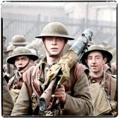 44 sad, tragic but mesmerising colourised images of WWI - God would never be cruel enough to create a cyclone as terrible as that Argonne battle. Only man wo - Ww1 Photos, History Photos, British Soldier, British Army, History Online, World History, World War One, First World, Ww1 Soldiers