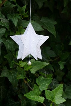 Vánoční+hvězdička+z+papíru+bílá+Velikost+hvězdičky+je+8,3+cm.+Karton+má+gramáž+220+gsm+-+je+velmi+pený+a+odolný.+Krásná+a+nerozbitná+dekorace+na+vánoční+stromeček.