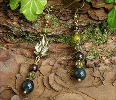 Boucles asymétriques Péridot, Grenat, Agate veine de dragon Agate mousse, feuille: ᘛ Murmures des ramures ᘚ : Boucles d'oreille par atelier-bijoux-legendaires