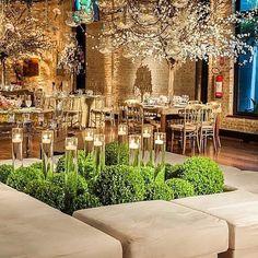 Uma linda e delicada ilha de puff decorada por @madamefiori #moveismarcialocacoes #alugueldemoveis #ilhadepuffs #delicadeza #casamento #realizandosonhos