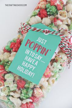 Just Poppin' In Christmas Popcorn Tag added to red, green, and white popcorn for a holiday gift idea. Christmas Popcorn, Neighbor Christmas Gifts, Cheap Christmas Gifts, Handmade Christmas Gifts, Neighbor Gifts, Homemade Christmas, Xmas Gifts, Christmas Diy, Christmas Projects