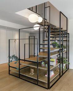 Escaliers quart tournant en bois et métal qui sert en même temps d'étagères
