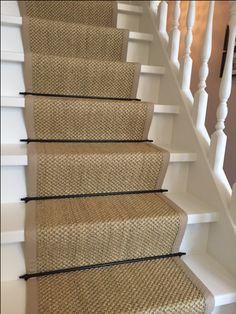 Sisal traploper met zwarte roedes, het sisal tapijt is afgewerkt met een katoenenband als bies. Deze sisal traploper is op maat gemaakt, puur vakwerk