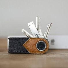Porte-clé qui peut contenir jusqu'à 10 clés ; clé USB 8 Go en forme de clé inclus ; existe aussi en cuir marron/noir/croco/autruche Pratique et élégant à la fois !