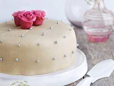 Marsipankake med vaniljekrem og jordbær   Oppskrift   Meny.no Pavlova, Let Them Eat Cake, Butter Dish, Tapas, Food And Drink, Snacks, Dishes, Baking, Desserts