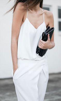 ชุดสีขาว Camilla and Marc, กางเกงสีขาว Nicholas, รองเท้า Common Projects, กระเป๋า Alexander Wang