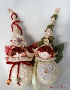 muito fofas estes bonequitas de natal. Christmas Craft Projects, Felt Christmas Decorations, Christmas Makes, Christmas Crafts, Christmas Ornaments, Fairy Crafts, Felt Crafts, Hobbies And Crafts, Diy And Crafts