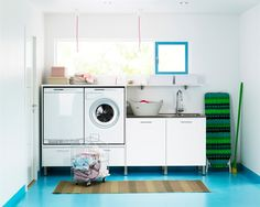 Vask og tørk kan med fordel settes litt opp i høyden. Closet Door Storage, Bed Storage, Storage Shelves, Tank Top Storage, Laundry Bin, Laundry Rooms, Floating Corner Shelves, Diy Nightstand, Bookcase Headboard