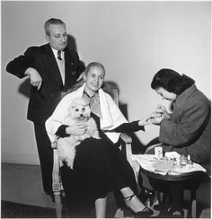 Eva Perón getting her nails did.