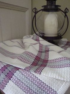 probably point twill, nice use of color and texture Weaving Designs, Weaving Projects, Weaving Patterns, Knitting Patterns, Spinning Yarn, Hand Spinning, Loom Weaving, Hand Weaving, Tea Towels