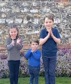 Thoughtful Princess Charlotte helps Prince William and Kate Middleton in new picture Princesa Charlotte, Princesa Diana, Princess Kate, Prince And Princess, Lady Diana, Prince George Alexander Louis, Prince William And Catherine, Prince William Family, Prince Georges